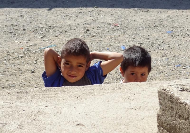 Neugierige Kinder am Strassenrand