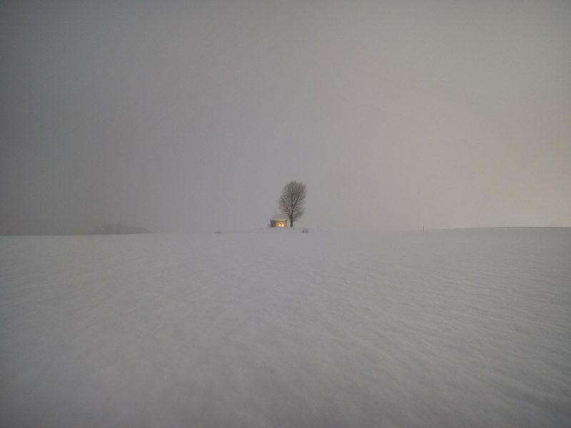 Die Feldkapelle Sogn Mang im bei Schneefall