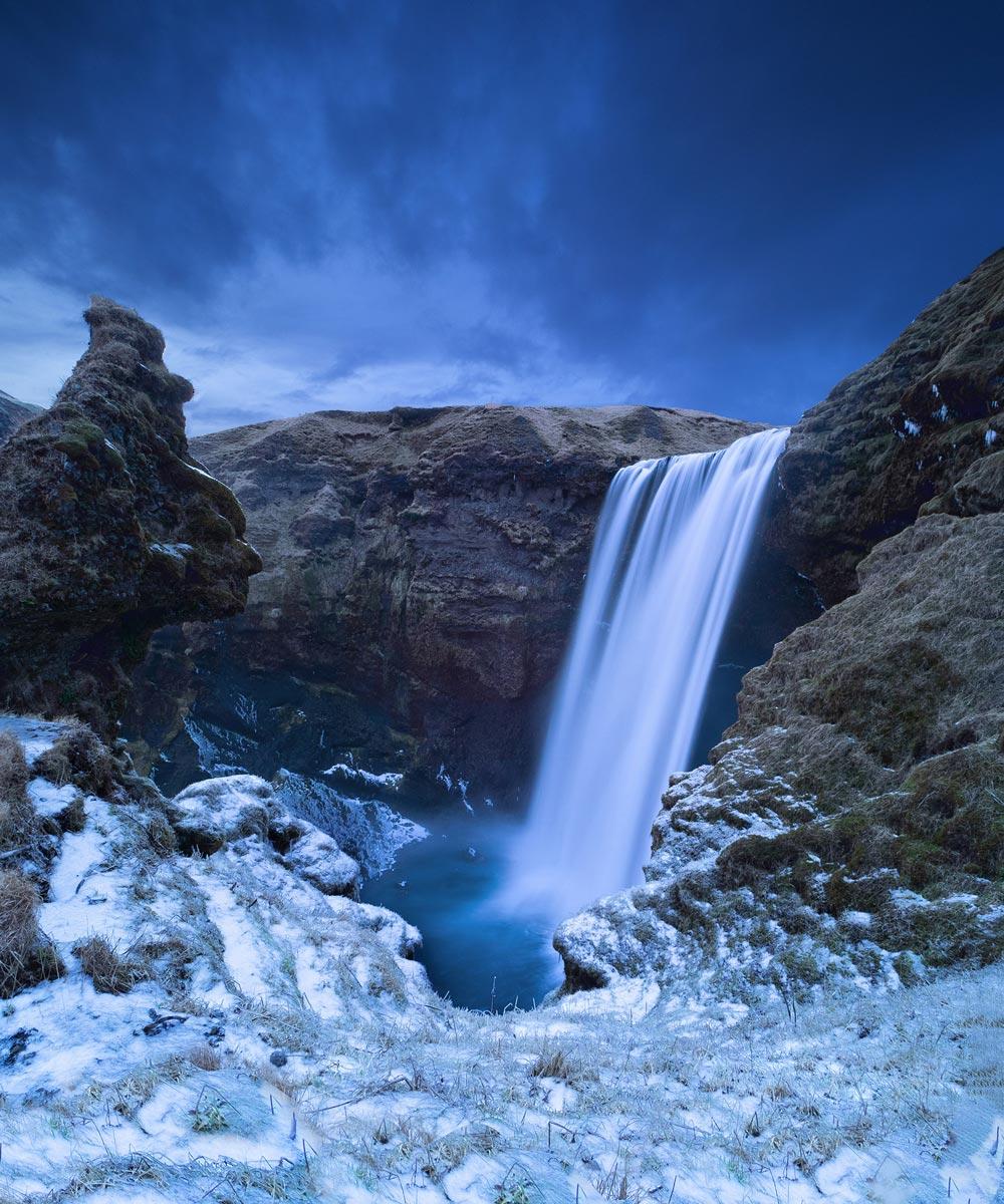 Die blaue Stunde beim imposanten Skógafoss
