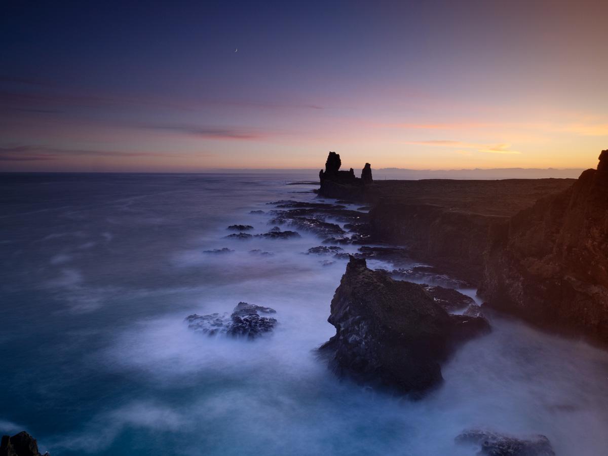 Nach der Sonne folgt der Mond, schöne Abendstimmung bei Lóndrangar
