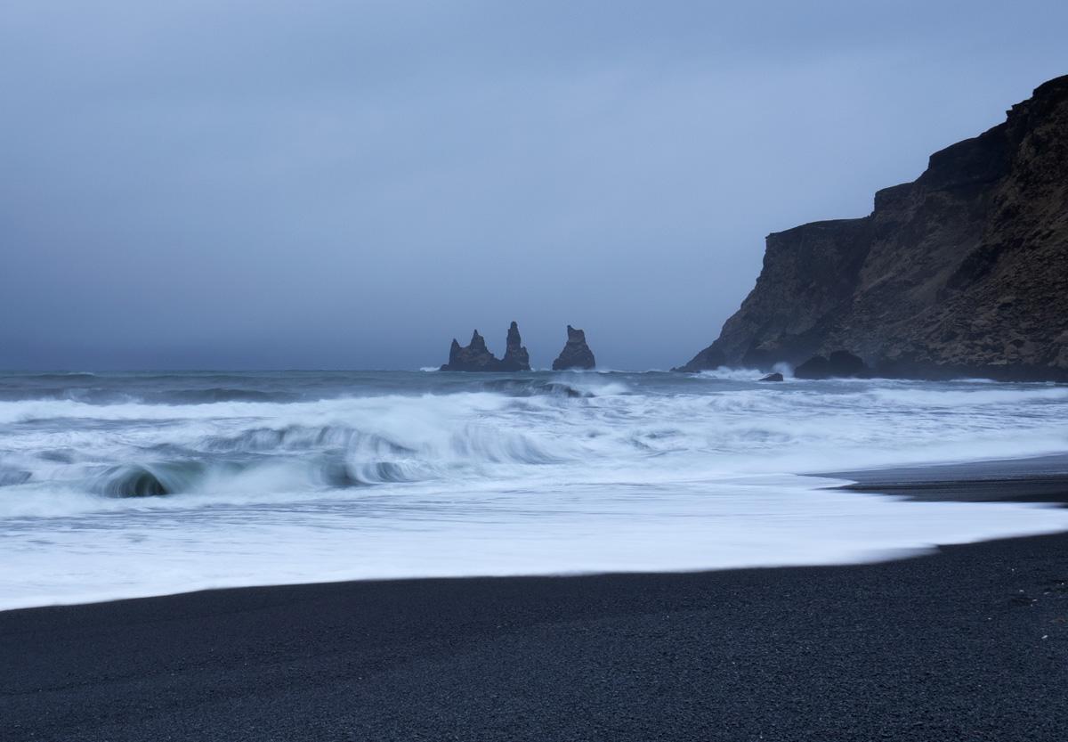 Die Reynisdrangar-Felsformationen vom Strand von Vík aus gesehen