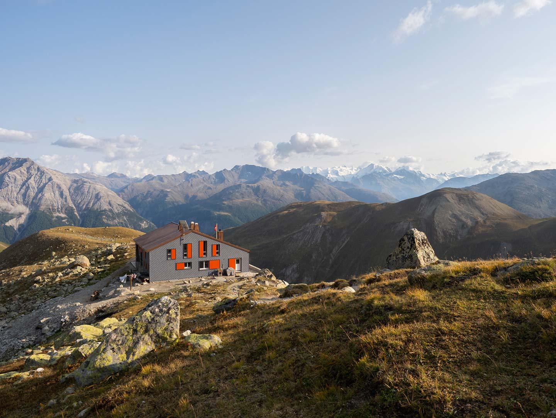 Die Chamanna d'Es-Cha mit dem neuen Anbau und grandiosem Blick zur Berninagruppe
