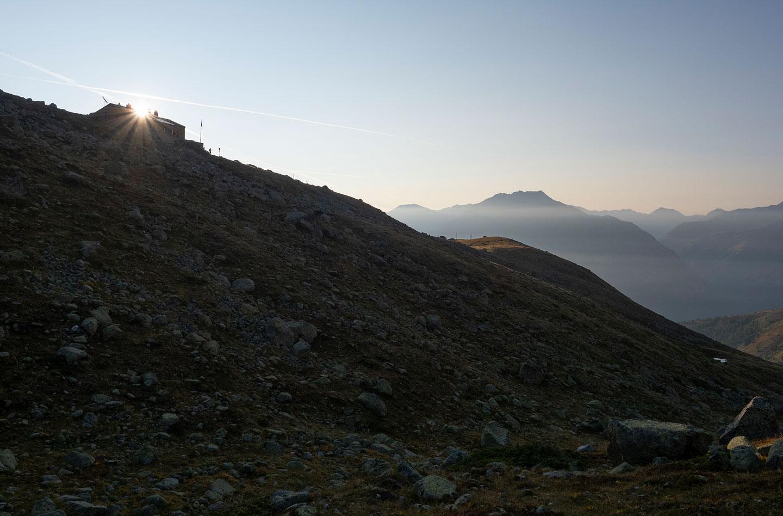 Erste Sonnenstrahlen bei der Chamanna d'Es-Cha
