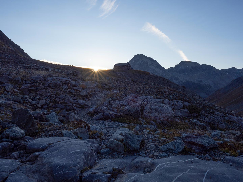 Die Chamanna Jenatsch in den ersten Sonnenstrahlen