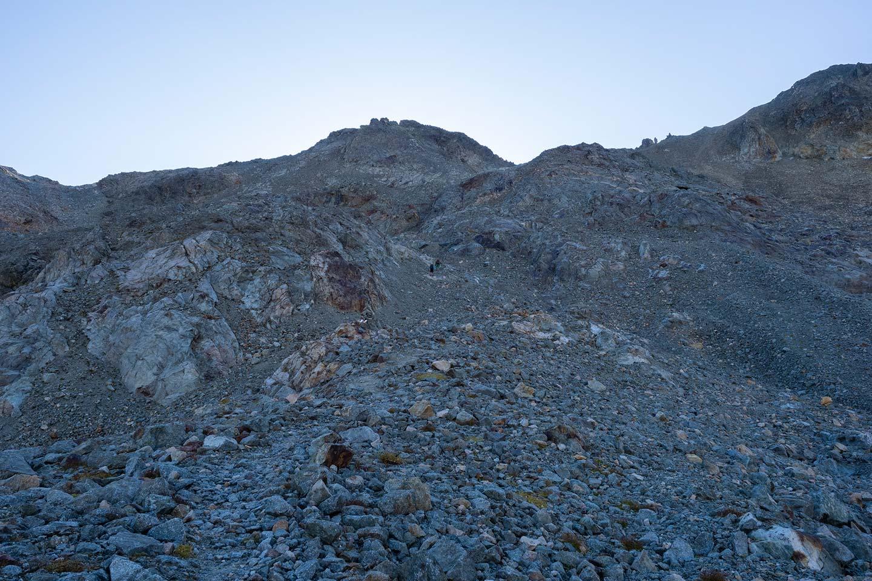 Aufstieg zur Fuorcla Suvretta, in der Bildmitte erkennt man zwei Wanderer